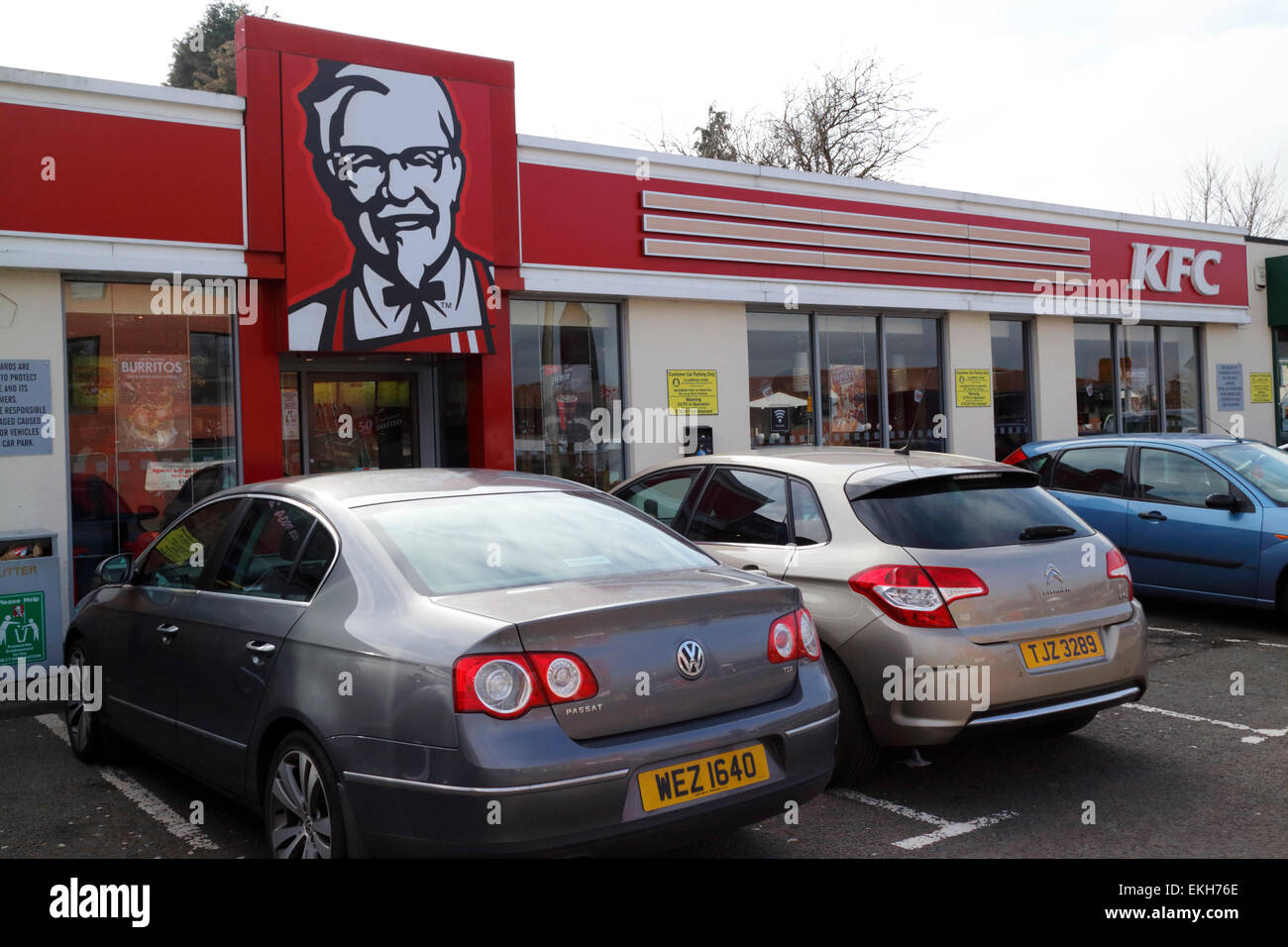cars parked outside a busy kfc restaurant in the uk - Stock Image