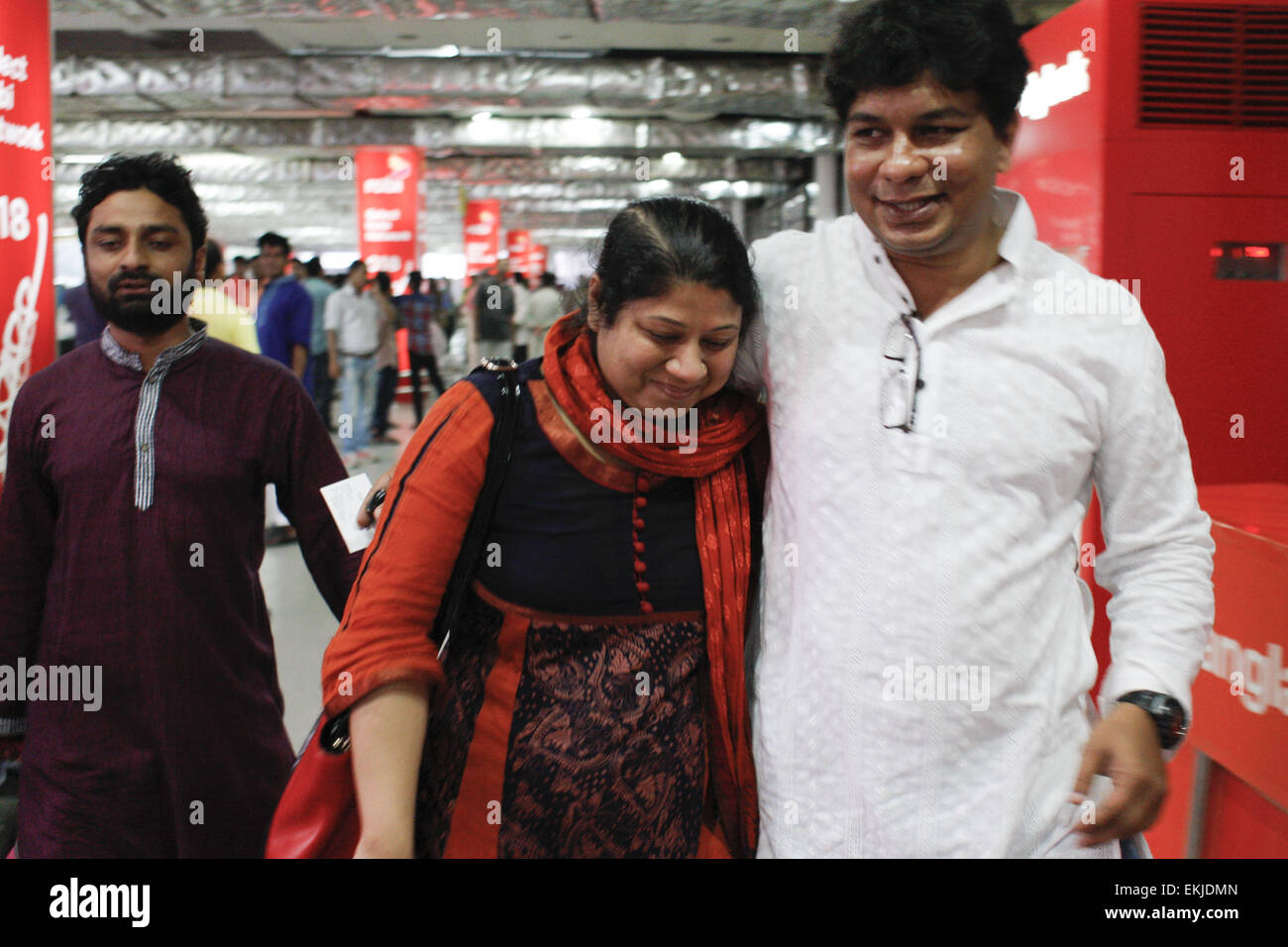 Dhaka, Bangladesh. 10th Apr, 2015. Bangladeshi woman Elora Zahan (middle) along with her two child were returned - Stock Image