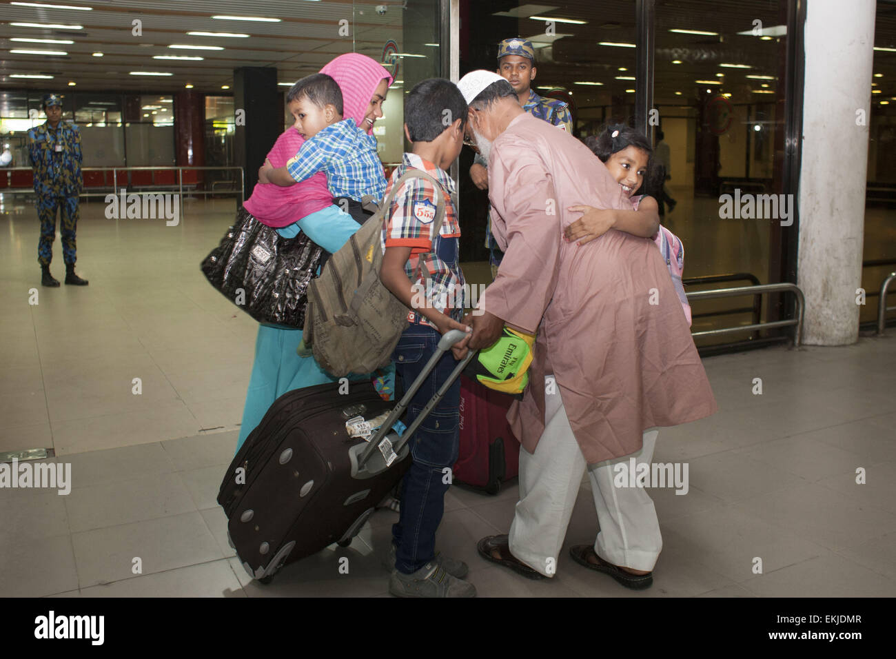 Dhaka, Bangladesh. 10th Apr, 2015. Bangladeshi woman Khadiza Begum (left) along with her three child were returned - Stock Image