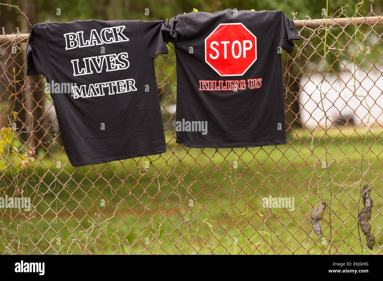 Charleston, South Carolina, USA. 10th Apr, 2015. Black Lives Matter tee-shirts hung on the fence near the spot where - Stock Image