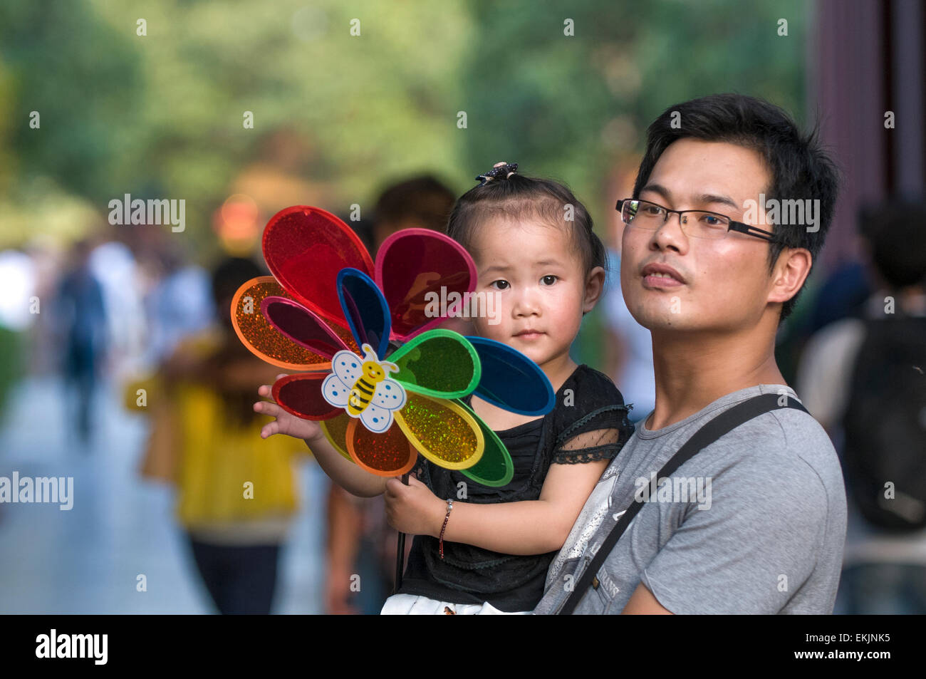 Father holds his daughter at the Emperor's Palace Park, Kaifeng, Henan Province, China - Stock Image