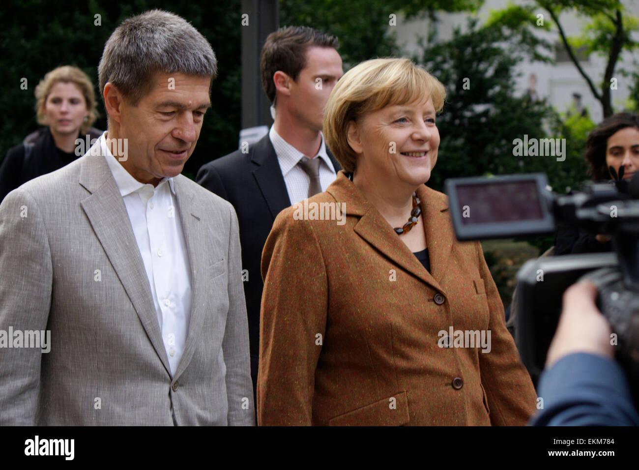 BKin Angela Merkel mit Ehemann Joachim Sauer u.a. - Gang der Bundeskanzlerin zur Wahlkabine am Tag der Bundestagswahl - Stock Image