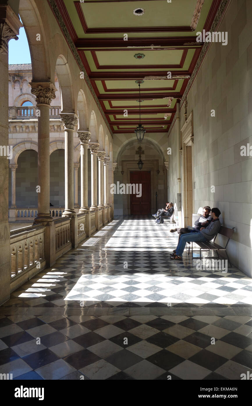 Students relaxing in the cloisters of  the University of Barcelona (Universitat de Barcelona), Catalonia, Spain - Stock Image