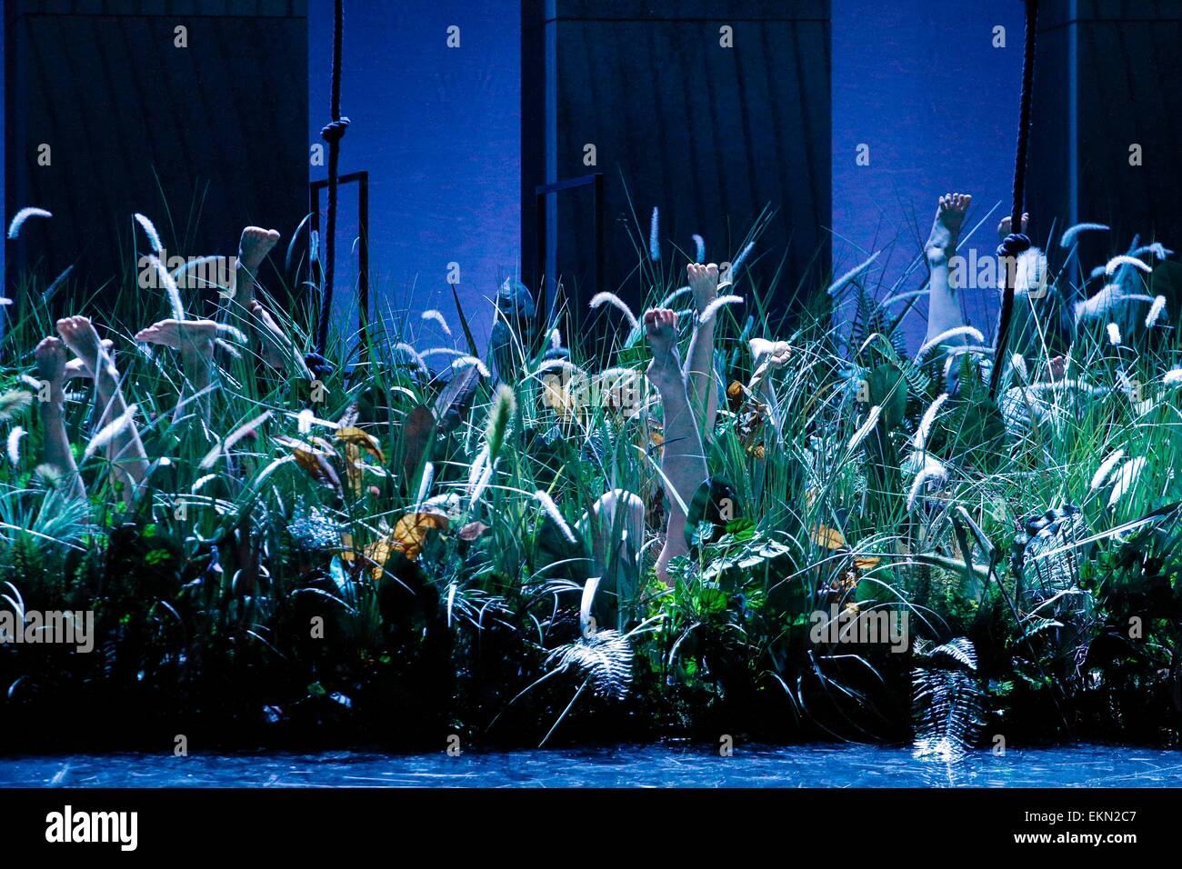 Leipzig, Germany. 7th April 2015, Dancers performing in the grass on stage in the final dress rehearsal of Richard Stock Photo