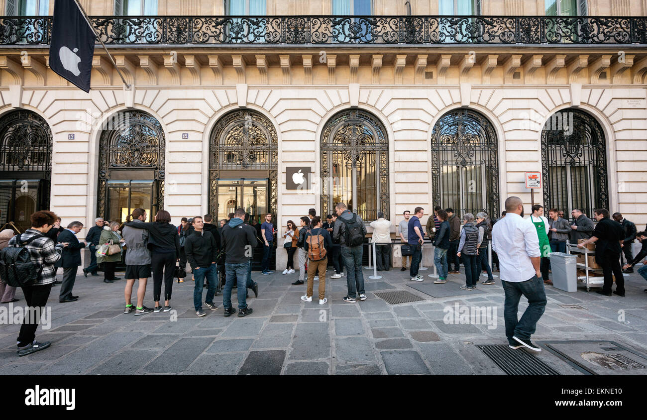 10  April  2015 – Paris, France People line up in front of Paris' Opera Apple Store on Apple Watch launch day. - Stock Image