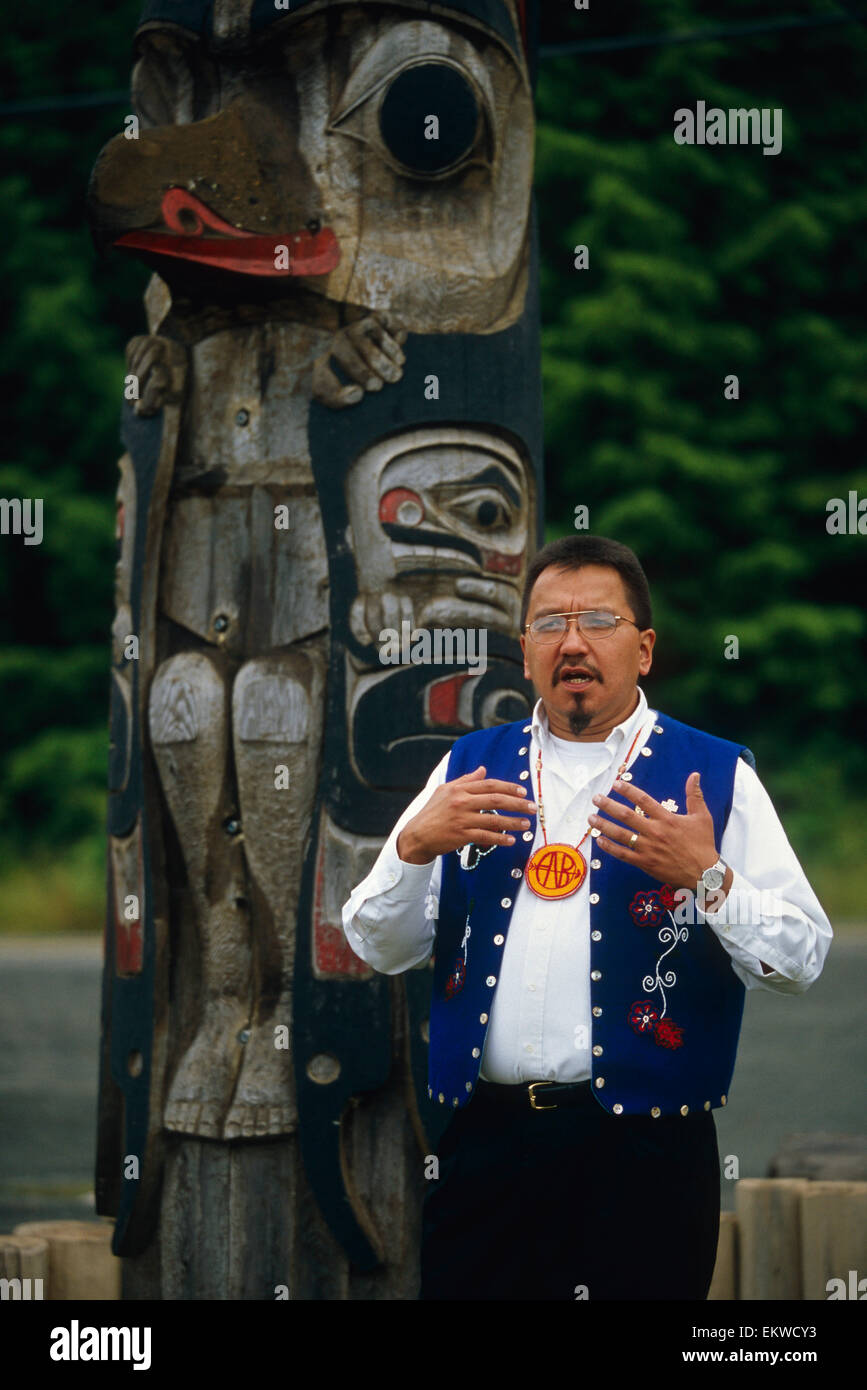 Alaskan Native Guide Addresses Cruiseship Passengers @ Totem Pole Site Kake Southeast Alaska - Stock Image