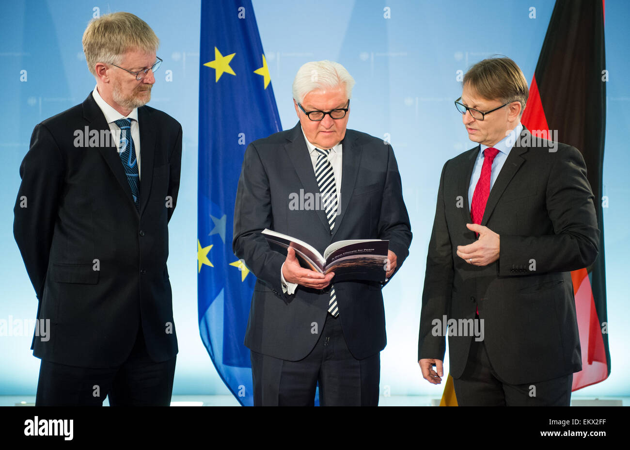 German Foreign Minister Frank-Walter Steinmeier (SPD, C) is presented with a study on the impact of climate change - Stock Image