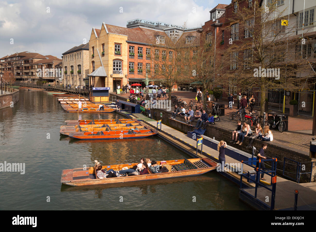Punts and people at Magdalene Bridge on the River Cam at Cambridge, UK - Stock Image