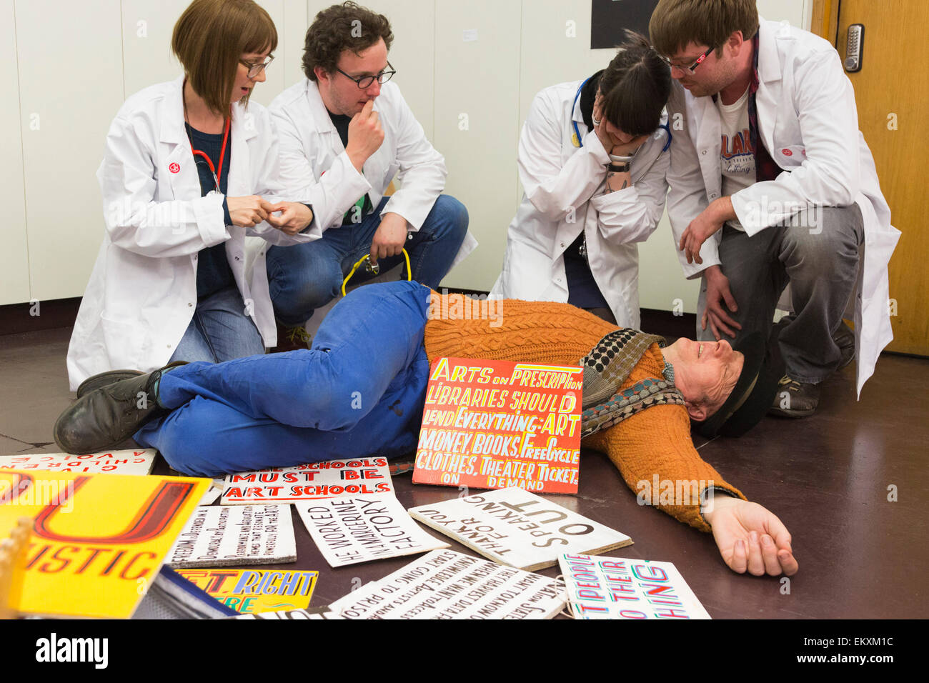 London, UK. 13 April 2015. Artist Bob and Roberta Smith (orange jumper) poses with BA and MA fine art students  - Stock Image
