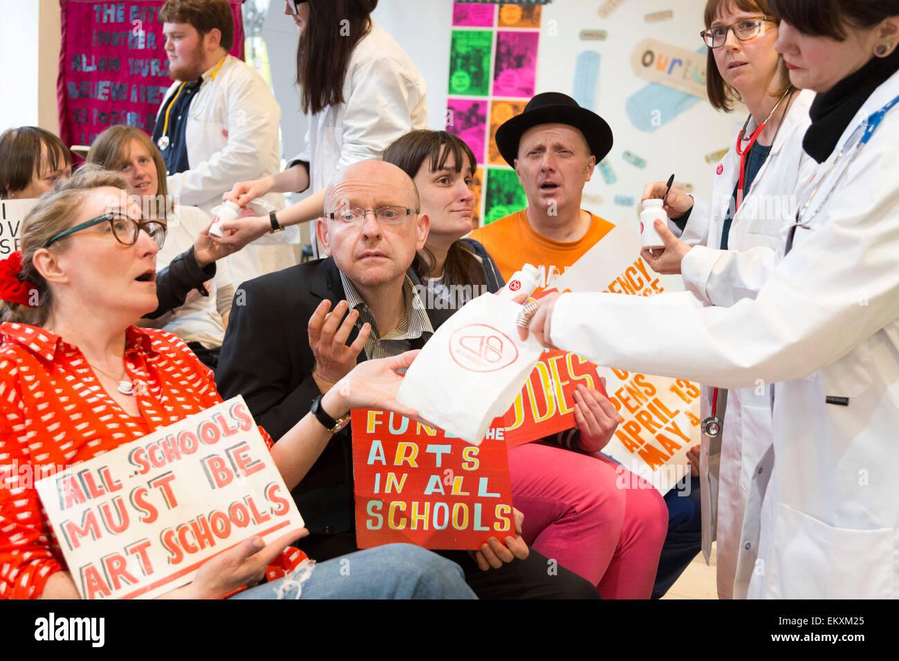 London, UK. 13 April 2015. Artist Bob and Roberta Smith (orange T-shirt) poses with BA and MA fine art students, - Stock Image