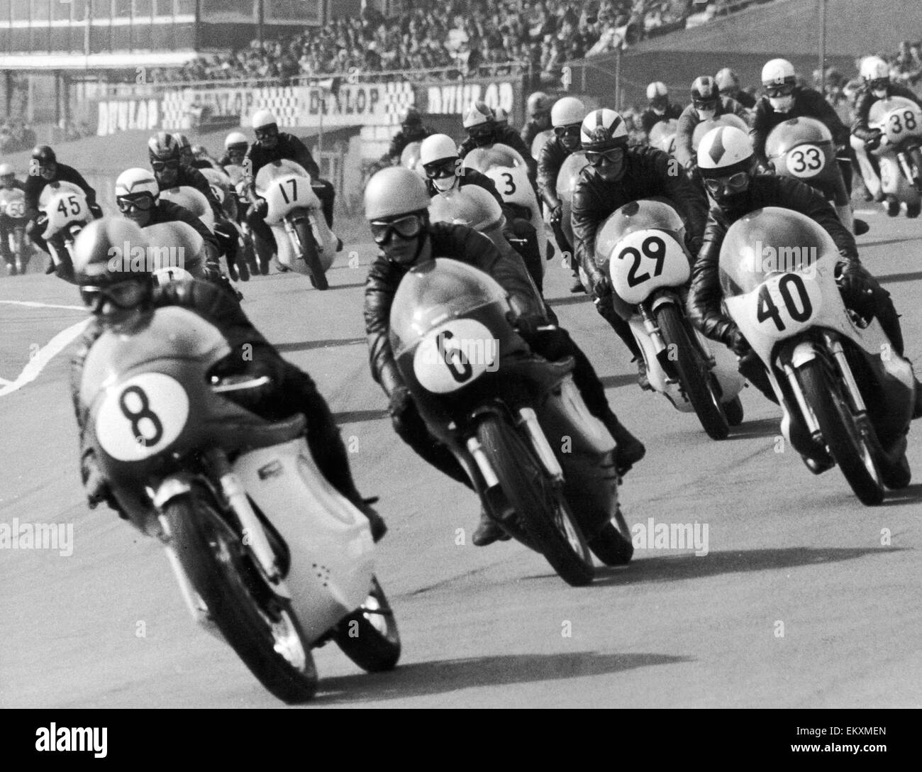 The start of the 251cc to 350cc race at Brands Hatch. The 42 competitors can be seen here racing towards Paddock - Stock Image