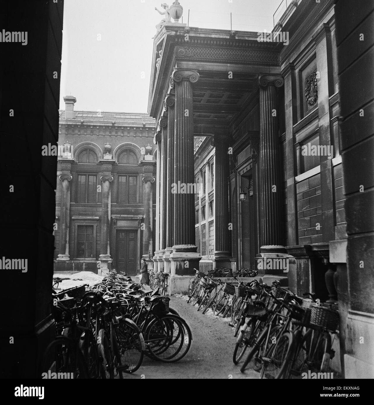Bicycles parked outside one of the University colleges in Oxford. Circa 1950. - Stock Image