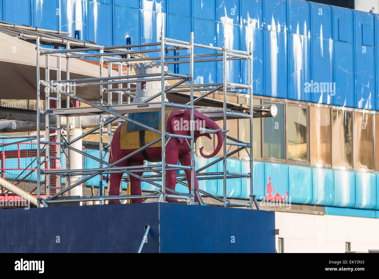 Statue of the Elephant and Castle wrapped in scaffolding before relocation - visual metaphor for the regeneration - Stock Image