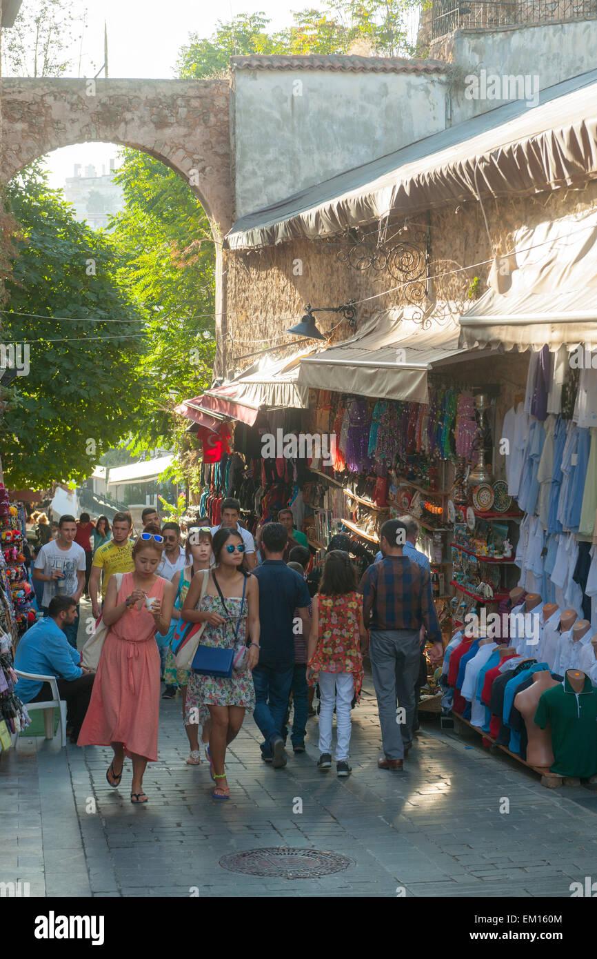 Türkei, Antalya, Altstadt, Souveniergeschäfte in der Aydogdu Sokak zum Hafen - Stock Image