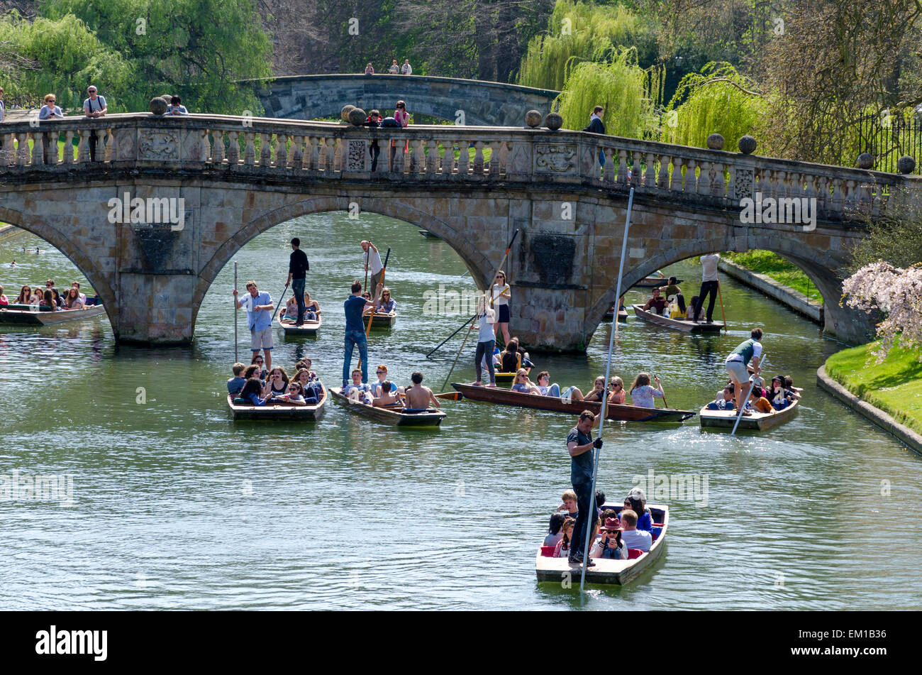 Cambridge, UK. 15th April 2015. Holidaymakers and students enjoy punting on the River Cam in Cambridge as temperatures - Stock Image