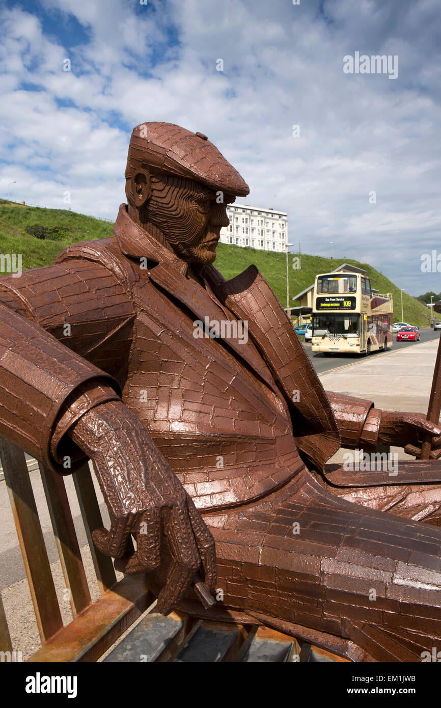 UK, England, Yorkshire, Scarborough, North Sands, Fred Gilroy statue by Ray Lonsdale - Stock Image