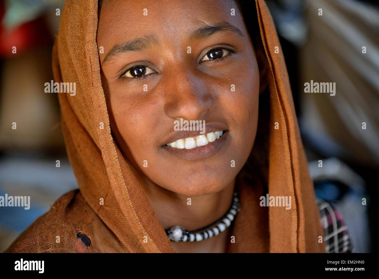 Young girl from the nomadic tribe of the Bush Arian with headgear, Portrait, Bayuda Desert, in Karima, Nubia, Northern - Stock Image