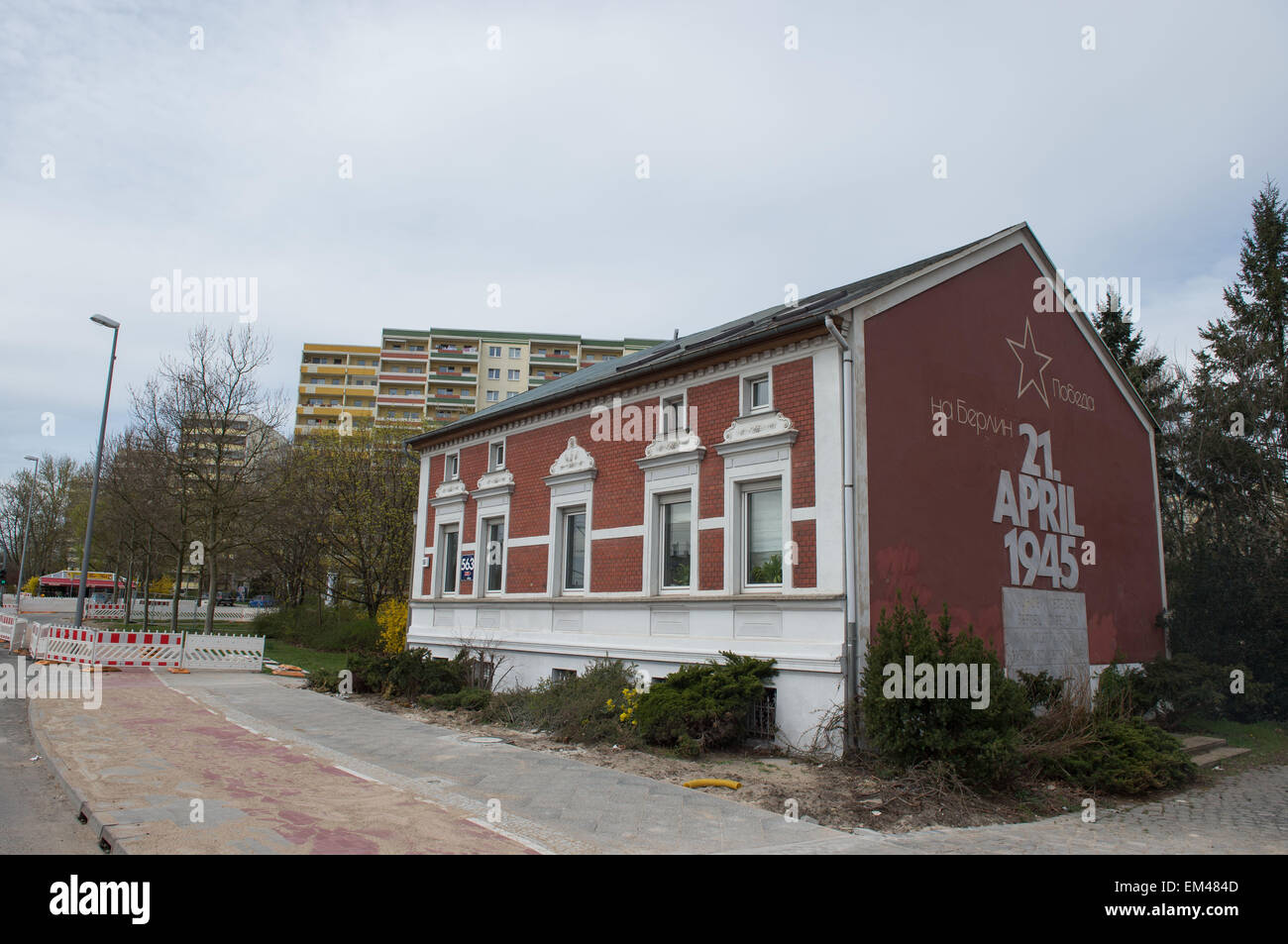 The writing on the house on Landsberger Allee 563 reads in Cyrillic letters 'Popeda' (Victory), 'na - Stock Image