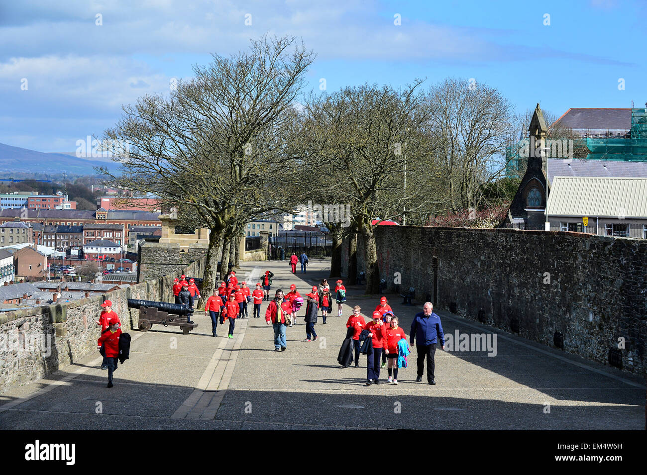 Londonderry, Northern Ireland. 16th April, 2015. UK weather: Sunny weather, School children enjoy the sunshine on - Stock Image