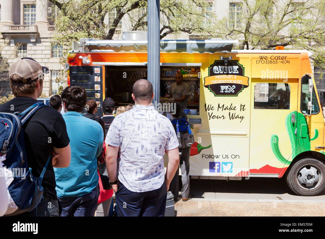 People queue up at an urban food truck - USA - Stock Image