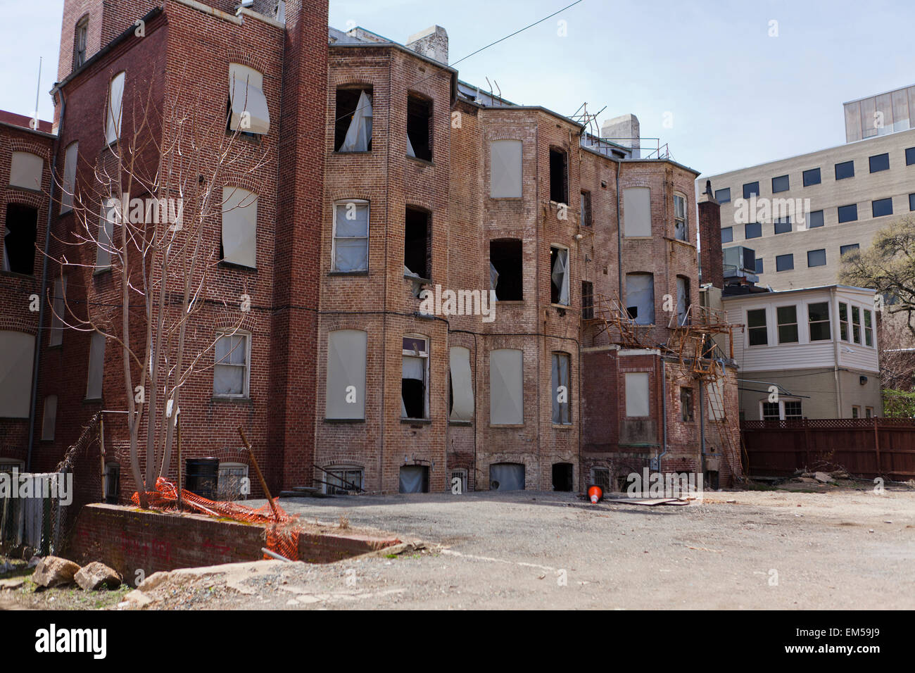 Vacant brick apartment building - Washington, DC USA - Stock Image