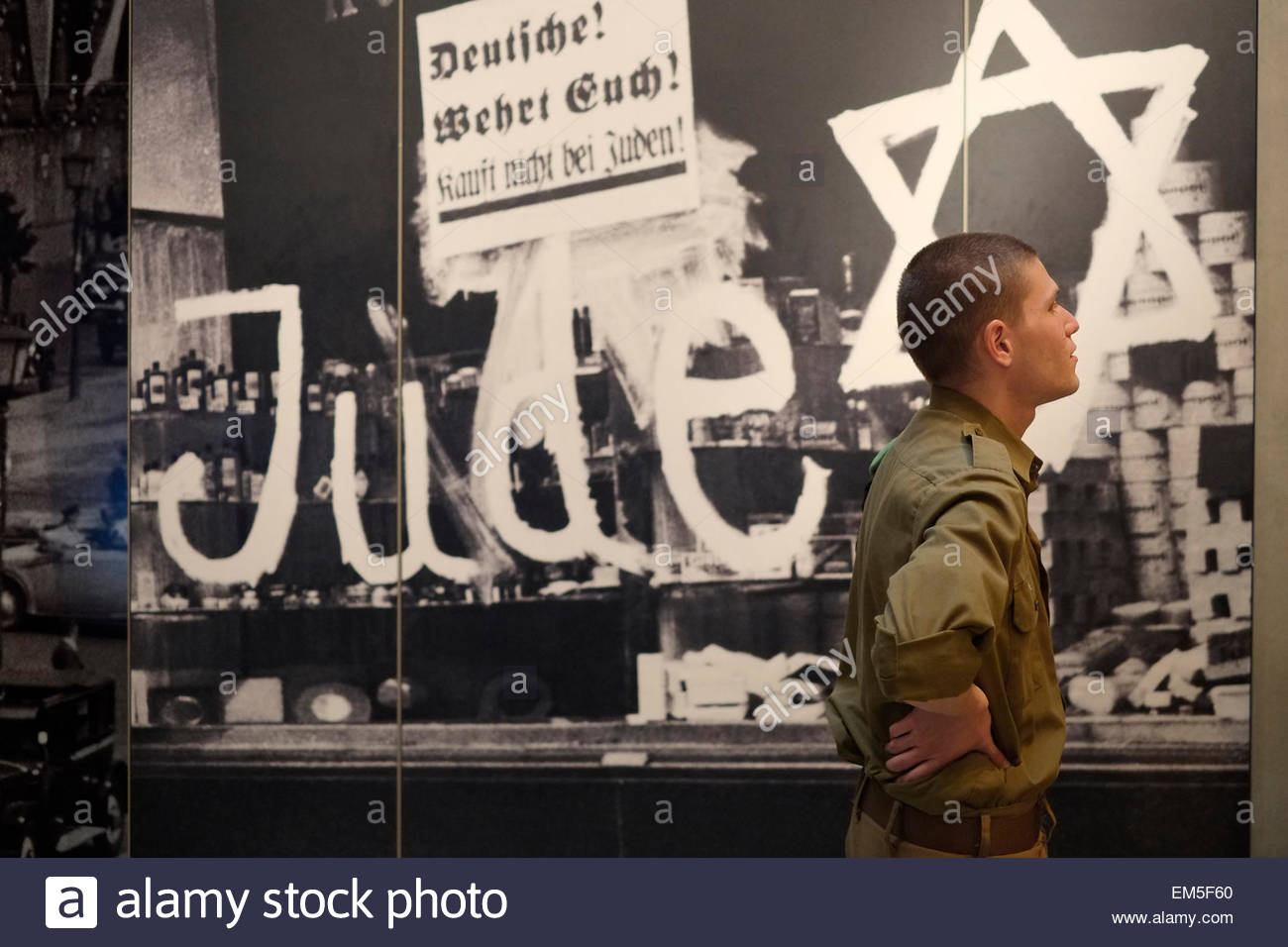 Jerusalem. 16th April, 2015. An Israeli soldier next to an old anti semitic graffiti displayed in Yad Vashem History - Stock Image