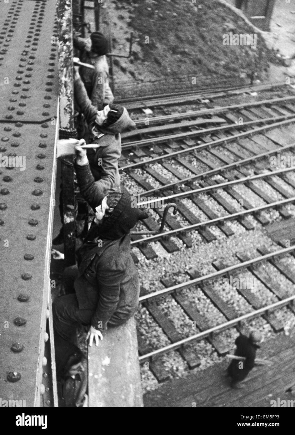 WW2 Female painters at work on a railway bridge in Sheffield. Women are now fully qualified painters and gangers - Stock Image