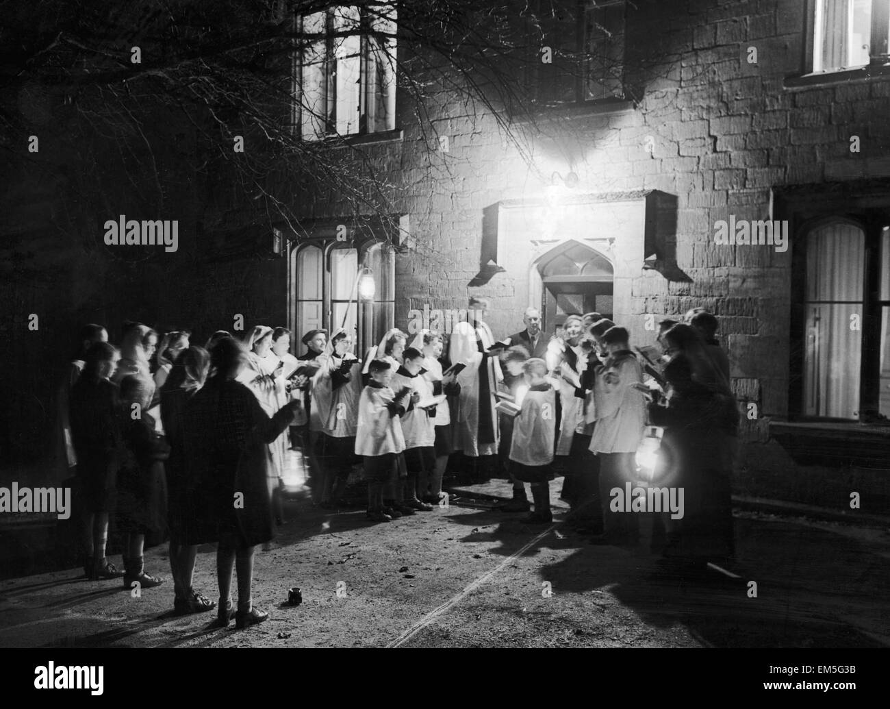 Randwick church choir Gloucestershire outside the home of Mr & Mrs W L Paul of Randwick singing carols. 13th - Stock Image
