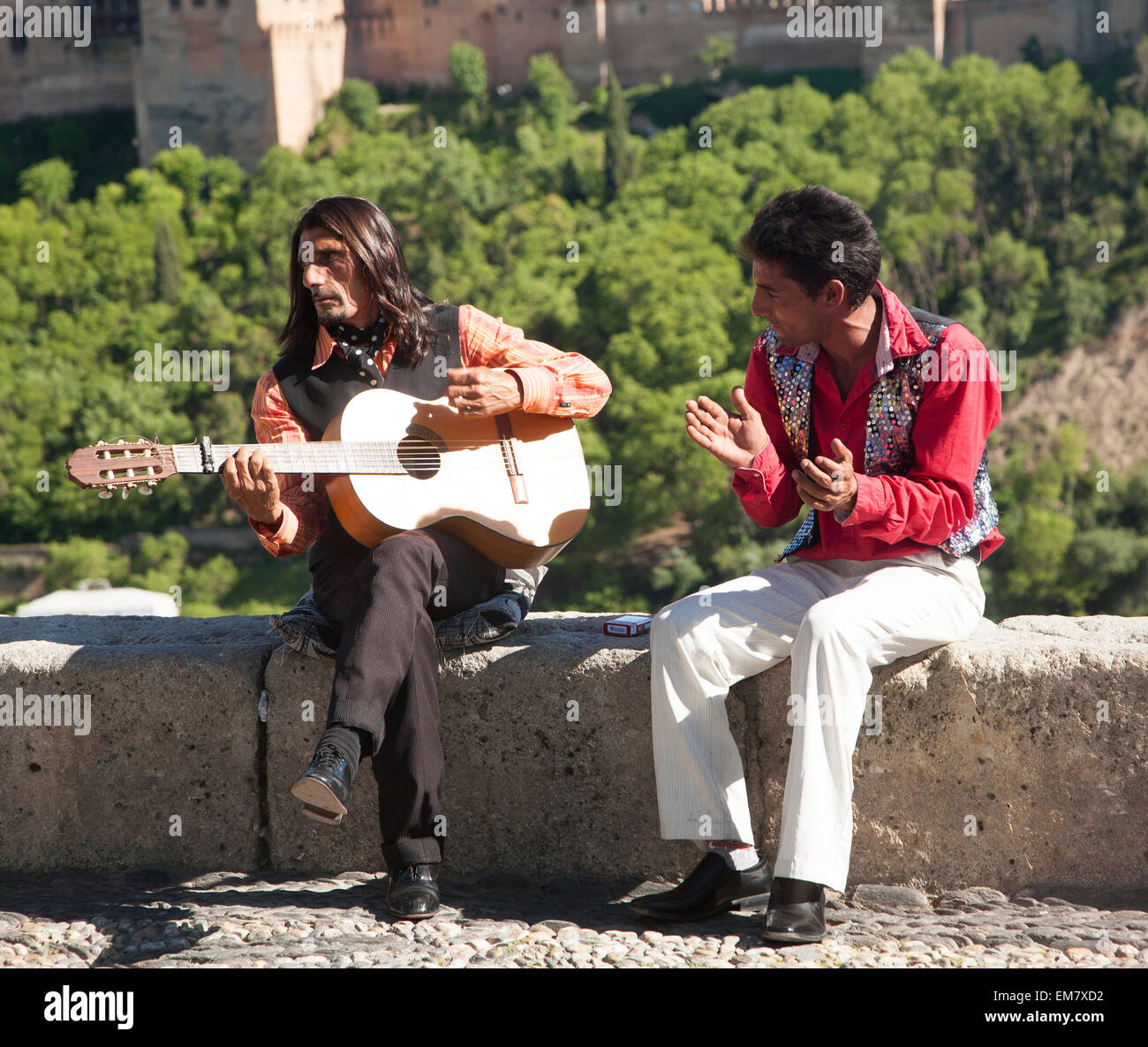 Flamenco musicians play with a backdrop of the Alhambra, Granada, Spain - Stock Image