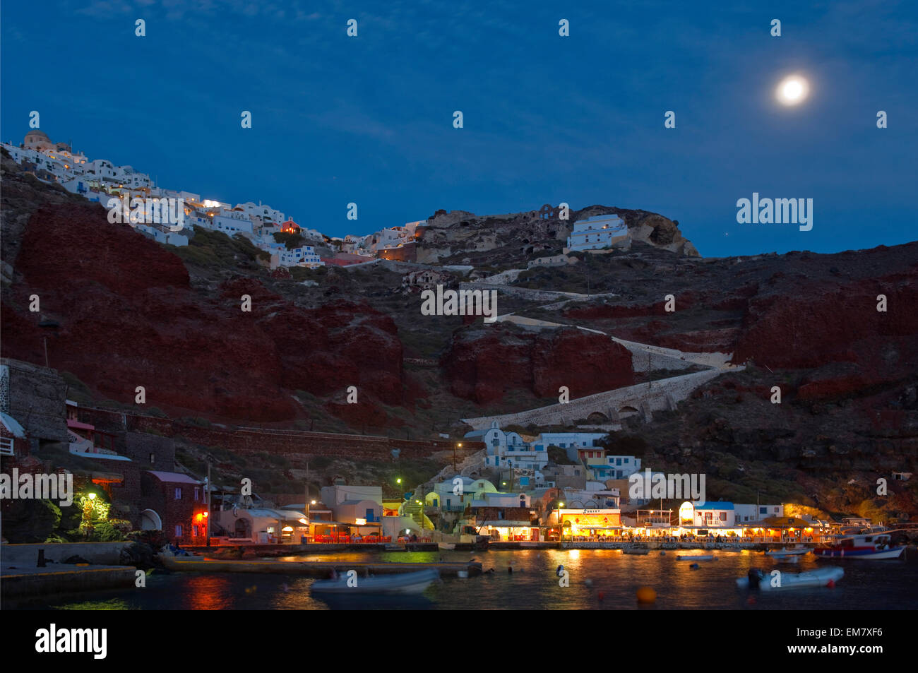 Griechenland, Kykladen, Santorini, Ammoudi, Blick über den Hafen auf Oia - Stock Image