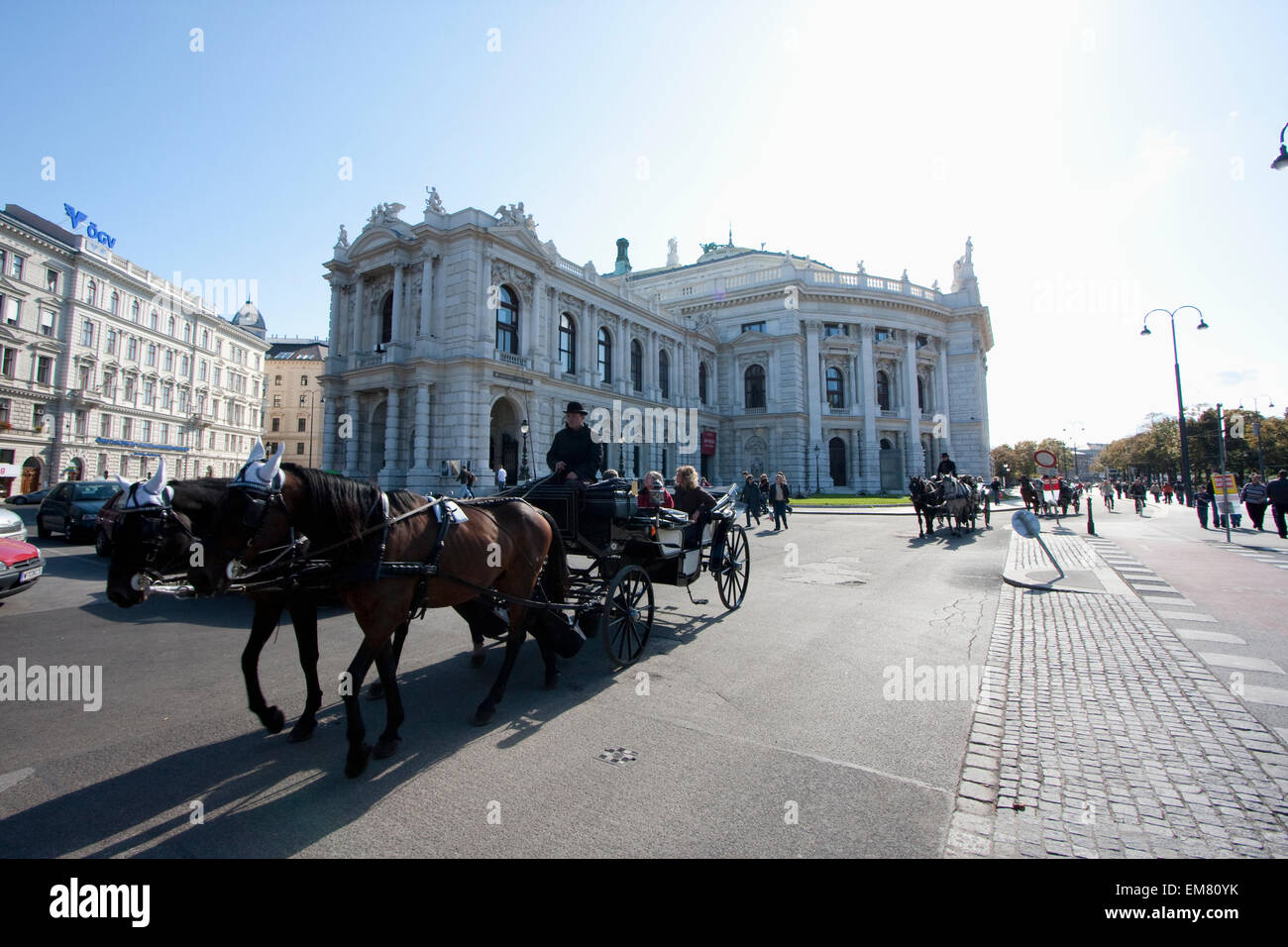 Fiaker (Viennese two-horse hackney carriage) by the Burgtheater (Imperial Court Theatre), Vienna, Wien, Austria - Stock Image