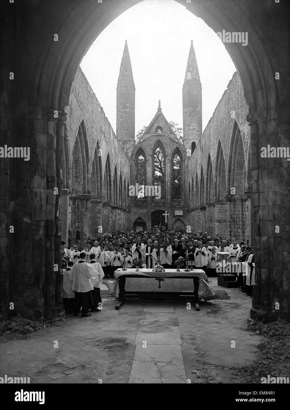 WW2 Norwich Air Raid Bomb Damage June 1943 Church sevice in bombed out remains of Norwich Cathedral Norwich was - Stock Image