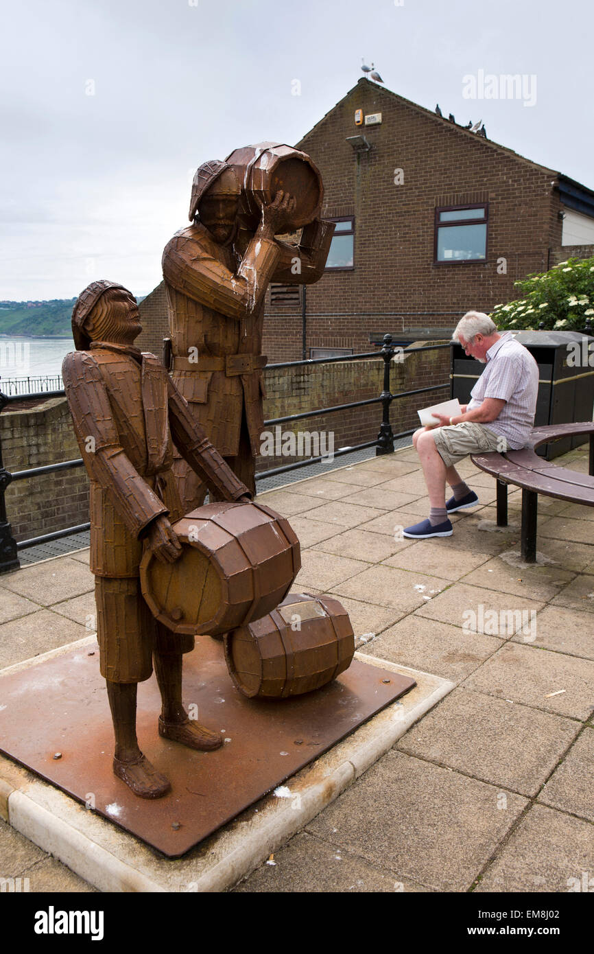 UK, England, Yorkshire, Scarborough, Merchants Row, Smuggler and Apprentice statue by Ray Lonsdale - Stock Image
