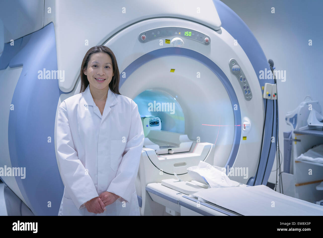 Doctor with Magnetic Resonance Imaging (MRI) scanner, portrait - Stock Image