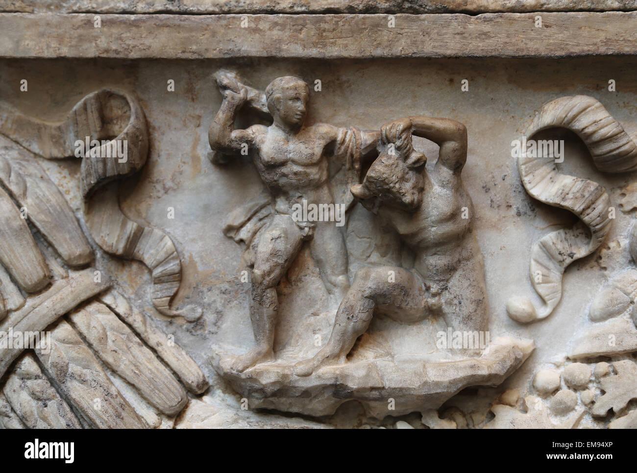 Roman sarcophagus. Myth of Theseus and Ariadne. Hadrianic or Early Antonine period, 130-140 AD. Theseus killing - Stock Image