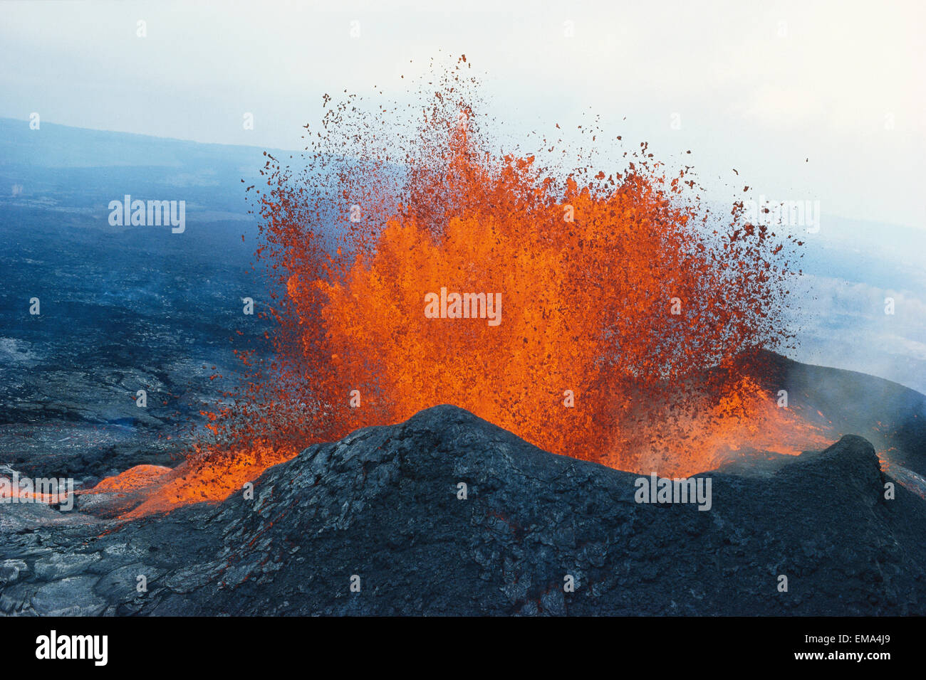 Hawaii, Big Island, Hawaii Volcanoes National Park, Fountaining Lava, Puu Oo Vent, Crater A28D - Stock Image
