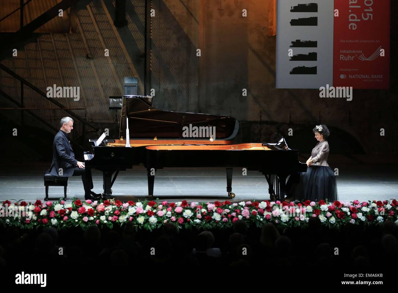 Frankfurt, Germany. 17th Apr, 2015. Israeli pianist Yaara Tal (R) and German pianist Andreas Groethuysen perform - Stock Image