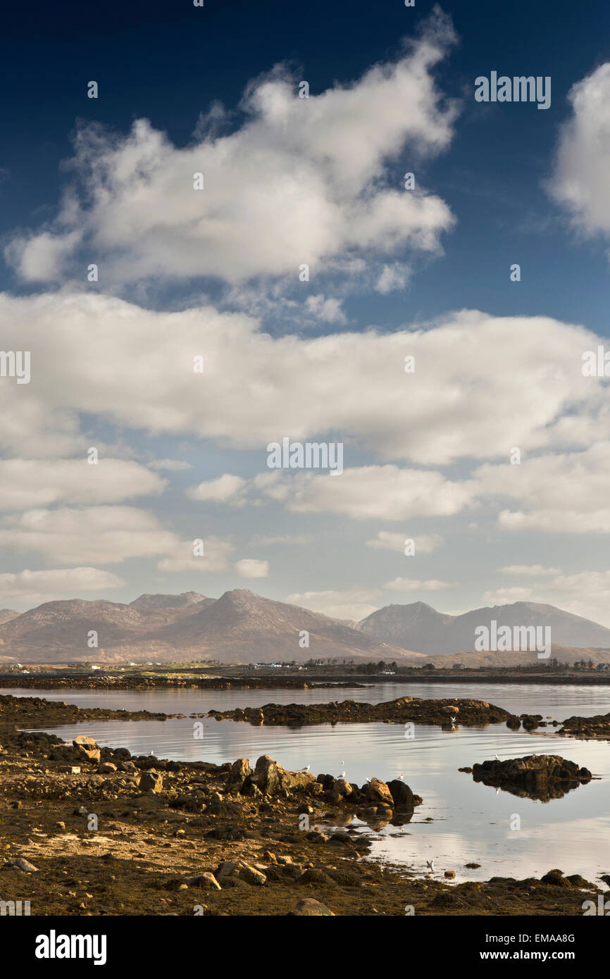 Ireland, Co Galway, Connemara, Roundstone, view over to Inishnee and the Twelve Bens - Stock Image