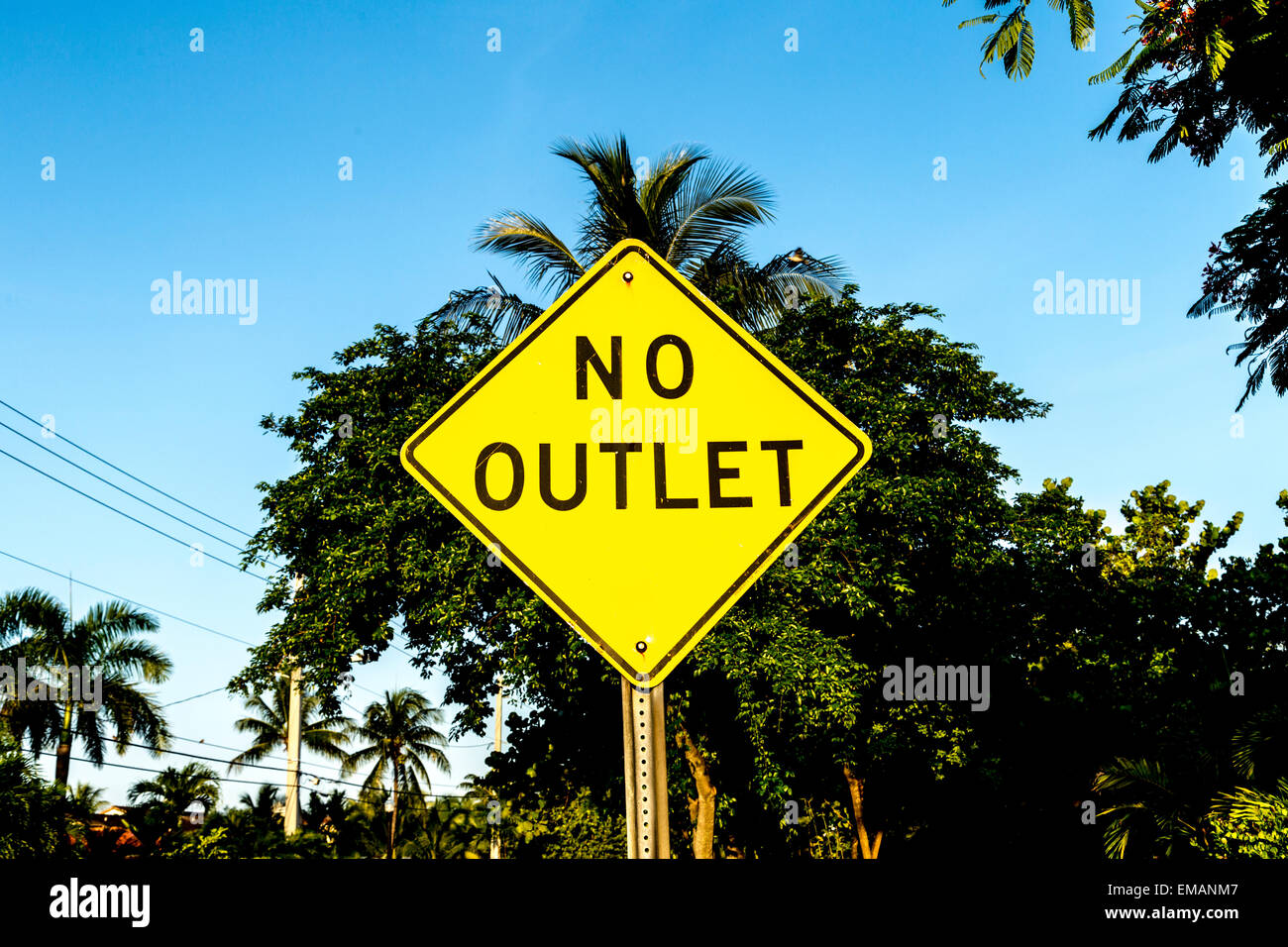 no outlet sign in yellow at the street - Stock Image