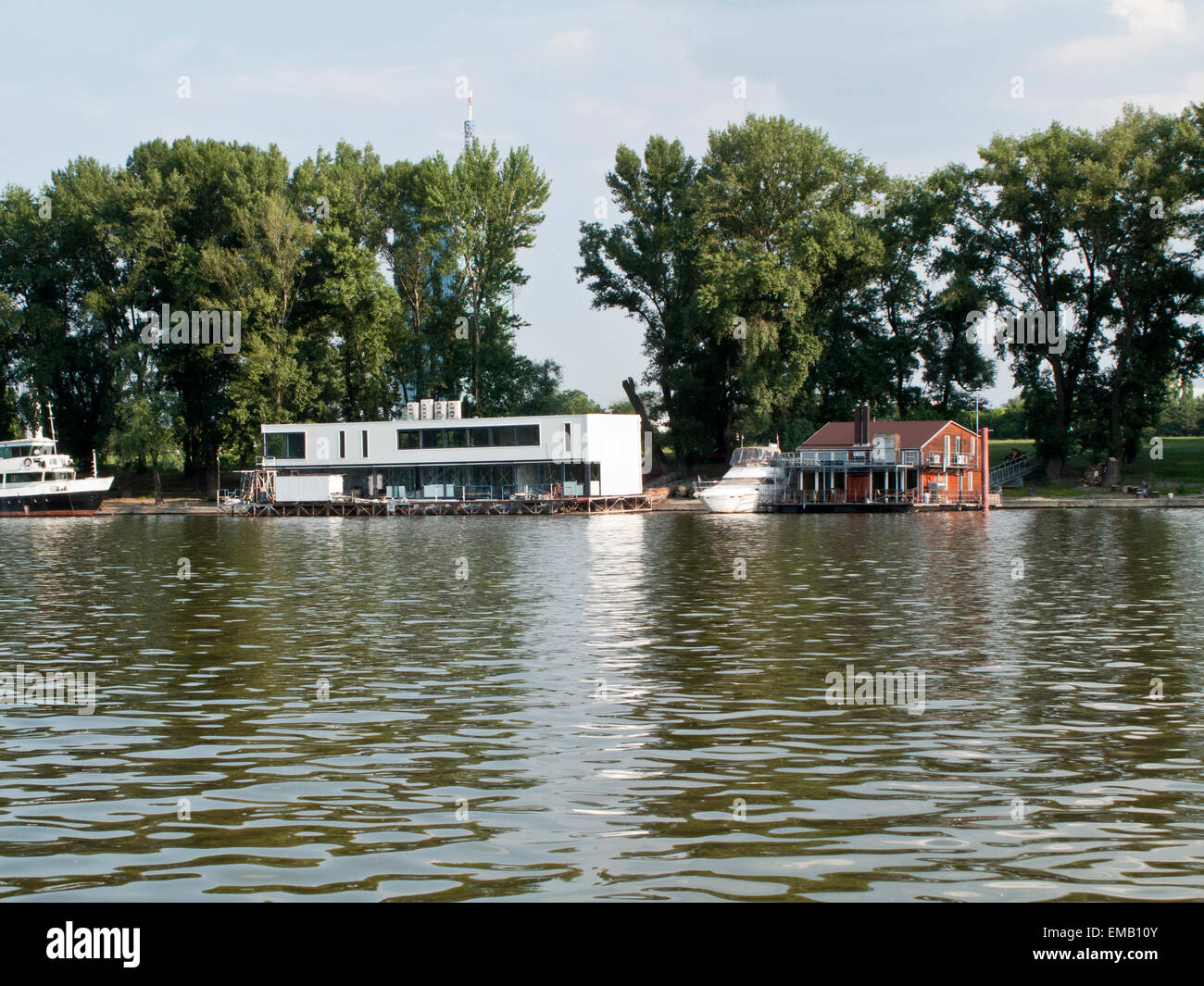 Floating private homes on the Danube close to Beograd in Serbia - Stock Image