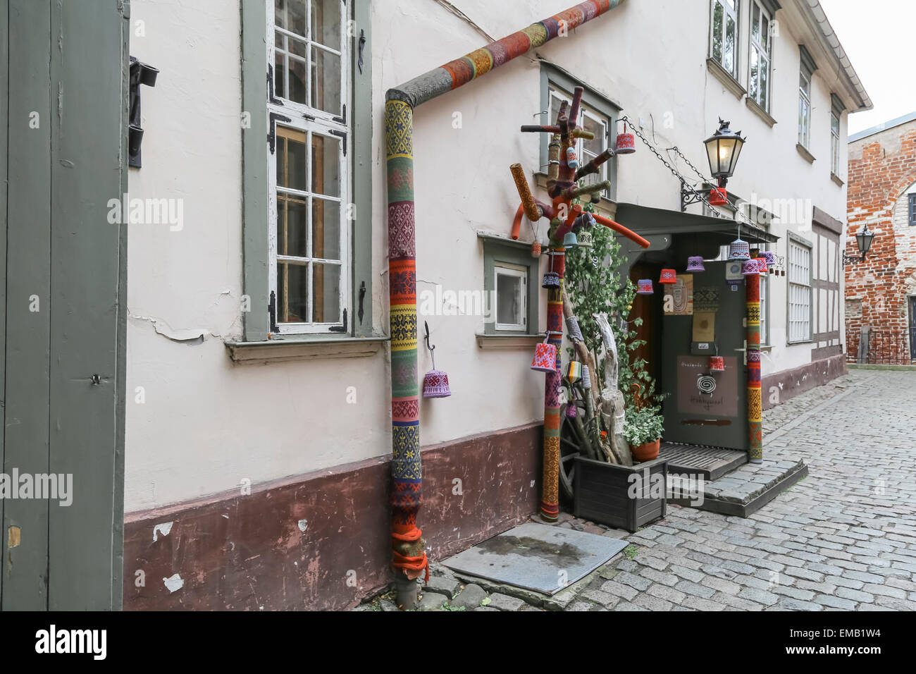 Narrow street in old town of Riga, Latvia with building with wool shop - Stock Image