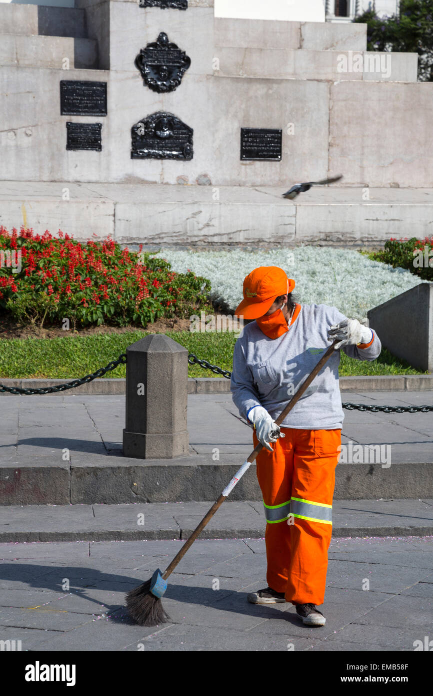 Lima, Peru.  Street Sweeper with Breathing Mask,  Plaza San Martin. - Stock Image