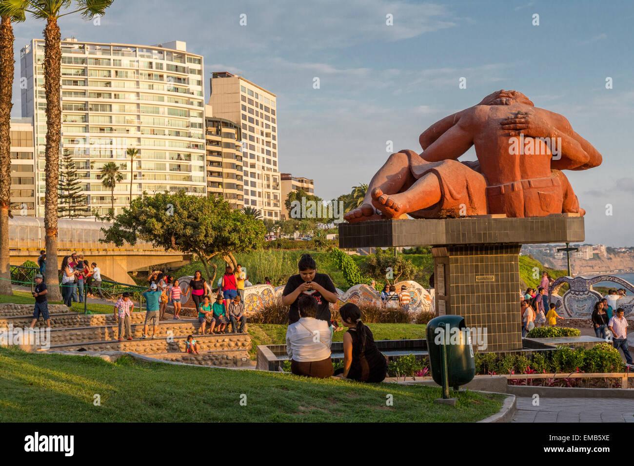 Peru, Lima.  Love Park (Parque del Amor).  Sculpture 'The Kiss' (El Beso) by Victor Delfin.  Miraflores - Stock Image