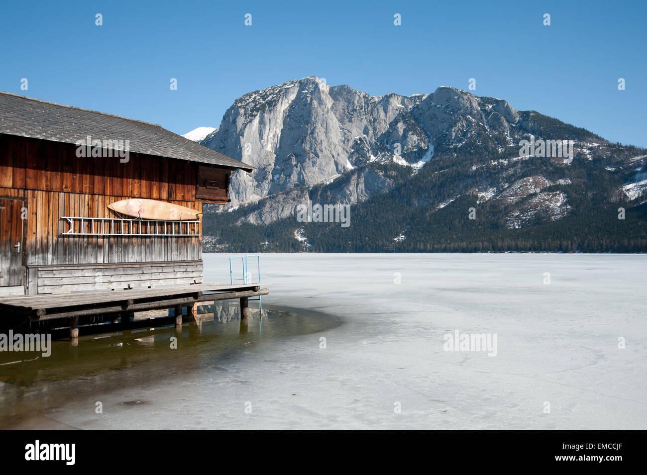 Bootshütte am Altausseer See mit Blick zur Trisselwand, Altaussee, Salzkammergut, Steiermark, Österreich - Stock Image