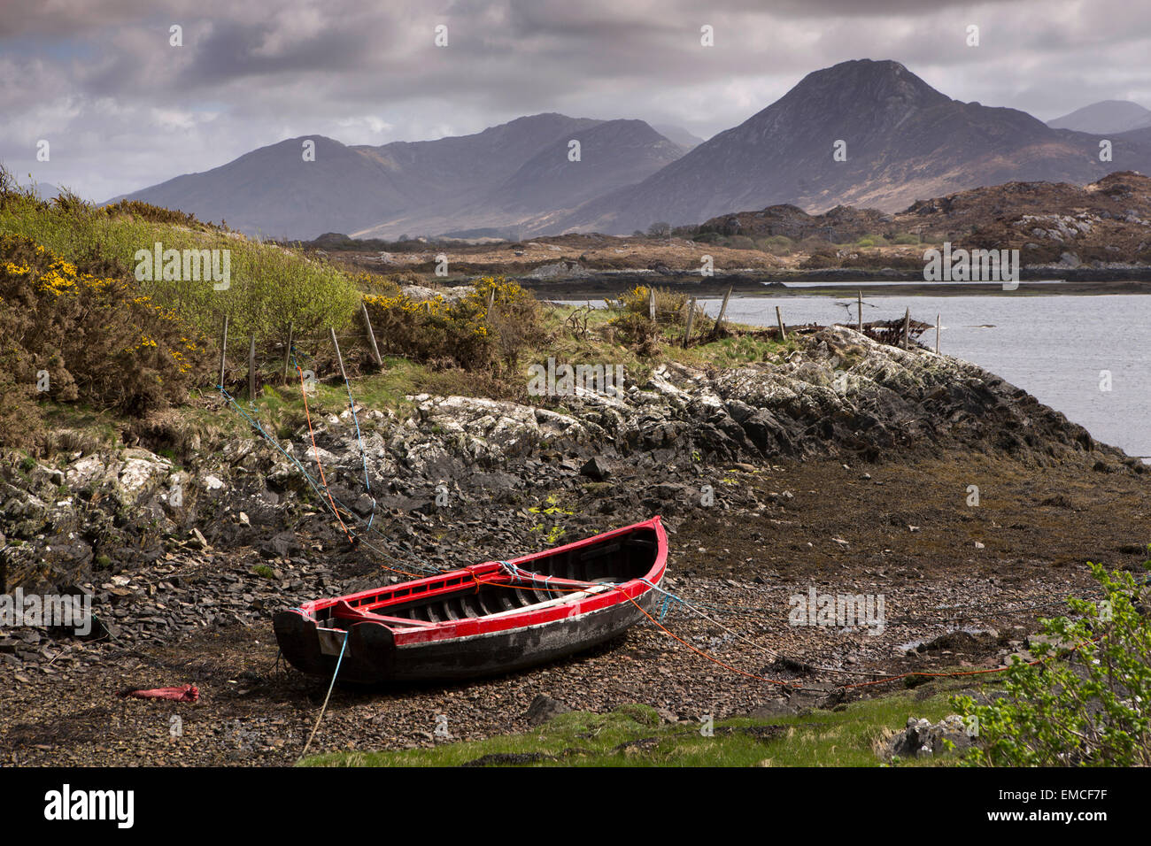 Ireland, Co Galway, Connemara Loop, Lettermore, red boat moored beside Ballynakill Harbour - Stock Image