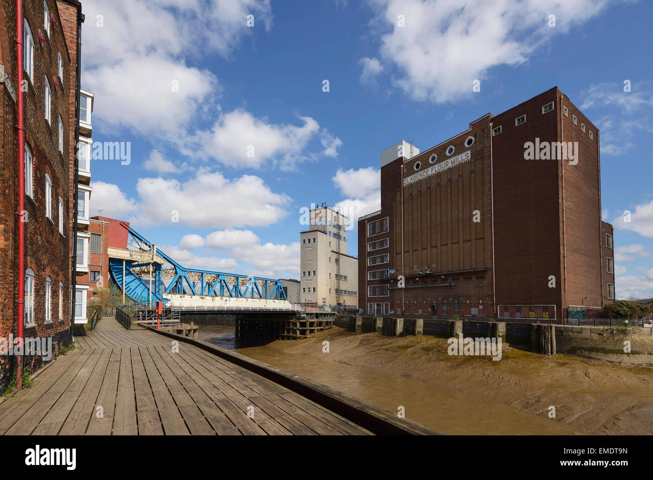 The drypool bridge Shotwell tower and Clarance Flour Mills buildings alongside the River Hull in Hull city centre - Stock Image