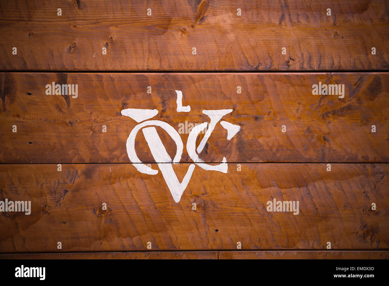 Logo of the Dutch United East India Company (Vereenigde Oostindische Compagnie) on background of wooden planks. - Stock Image