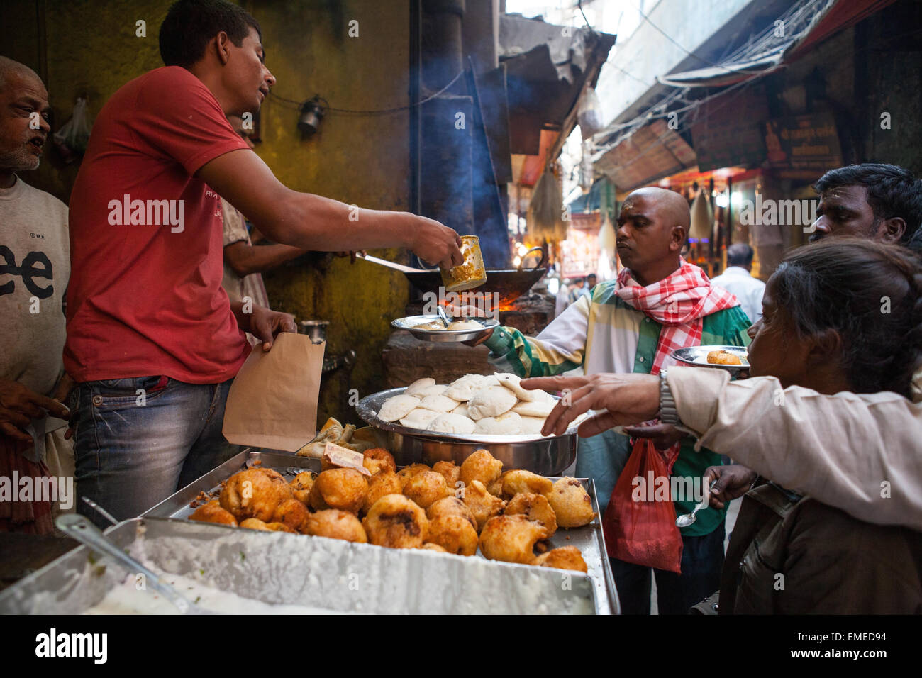 Food stall in the narrow lanes of the old city of Varanasi - Stock Image