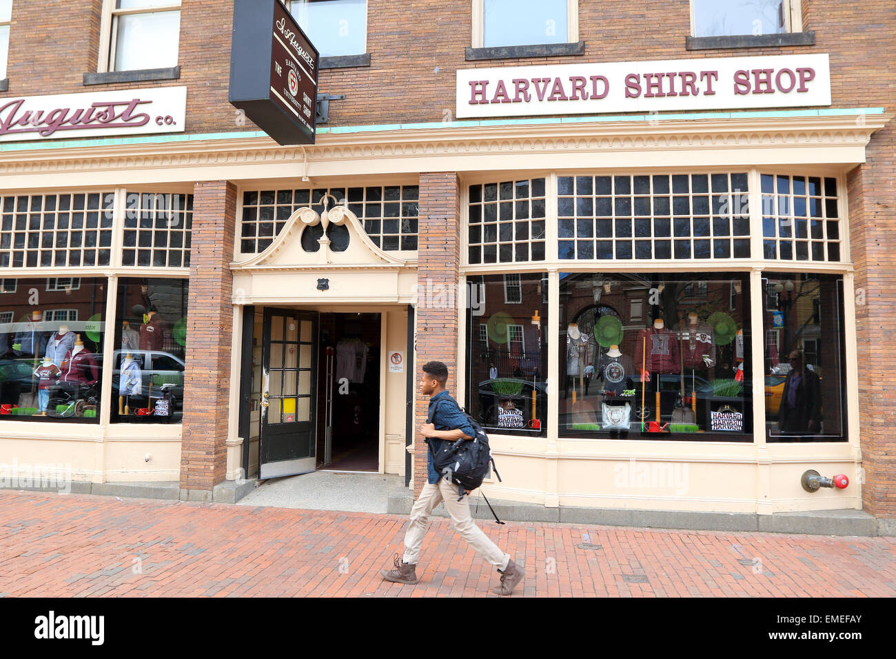 Cambrige city Harvard Shirt Shop supplying clothing for tourists and Harvard university students. - Stock Image