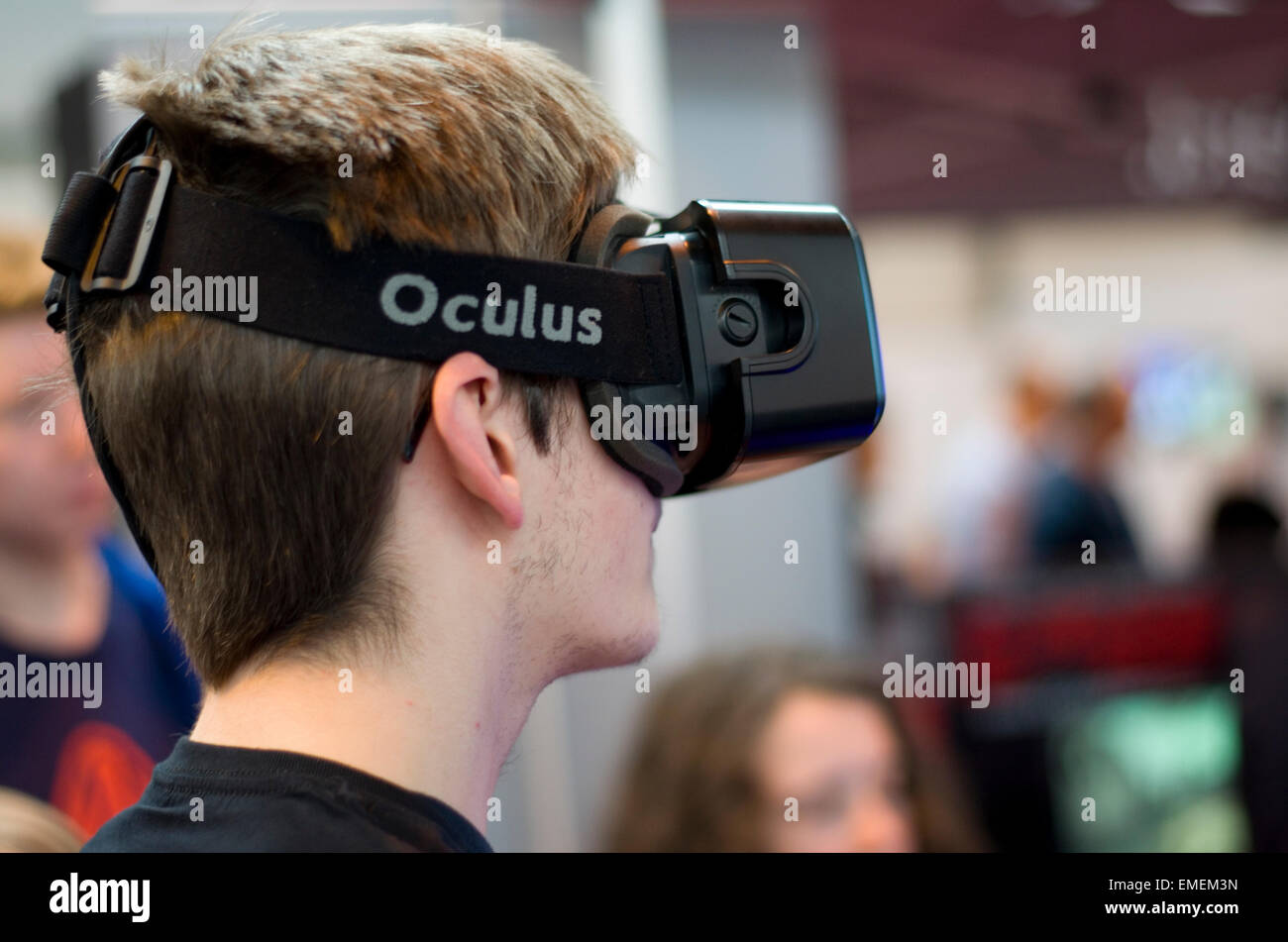 Male wearing Oculus Rift 3D virtual reality goggles - Stock Image
